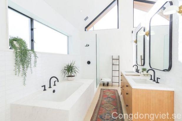 Không gian tắm táp hàng ngày được bố trí phía trong cùng của tầng 1, tiện lợi và rộng rãi với gam màu trắng giản dị mà tinh khôi.