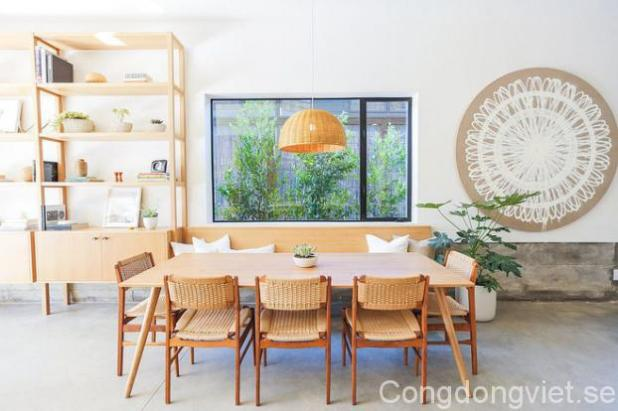 Không gian ăn uống được bố trí gần với cửa sổ kính, màu xanh cây cỏ được in vào trong phòng như một bức tranh thiên nhiên dịu dàng, đẹp mắt.