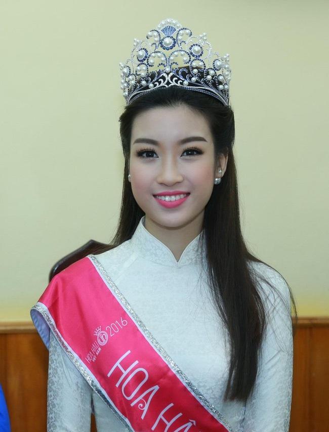 Hoa hậu Đỗ Mỹ Linh giản dị trong lễ khai giảng ở trường THPT Việt Đức
