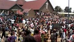 Beni: bain de foule pour Fayulu à la messe à l'église catholique Sainte Lucie