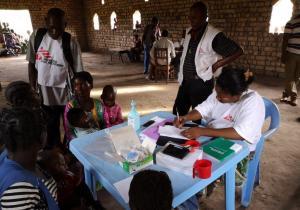 """RDC : """"Même lorsqu'une épidémie de rougeole est déjà importante, nous pouvons encore sauver des vies d'enfants""""(MSF)"""