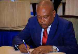 ESU: Steve Mbikayi suspend le DG de l'ISTA/Lubumbashi