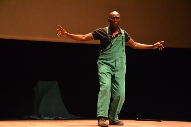 Congo/Brazza : Nicolas Bissi signe son retour avec la pièce ''Ils m'ont salement tiré coût à coût''