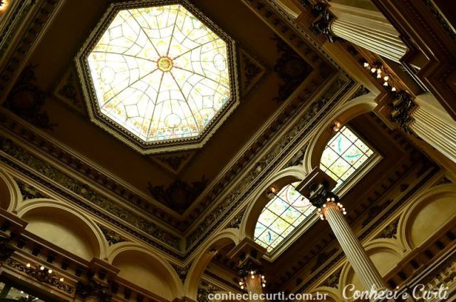 Os vitrais do teto do Teatro Colón. Buenos Aires, Argentina.