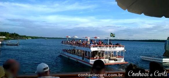 Praia do Jacaré - os catamarãs e os turistas.