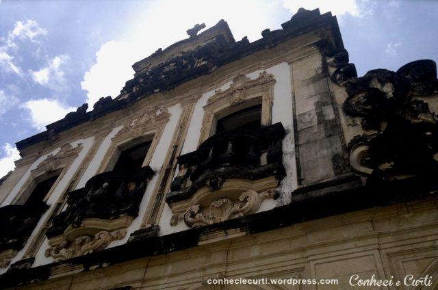 Detalhes da fachada principal da Igreja de São Francisco em João Pessoa, Paraíba.