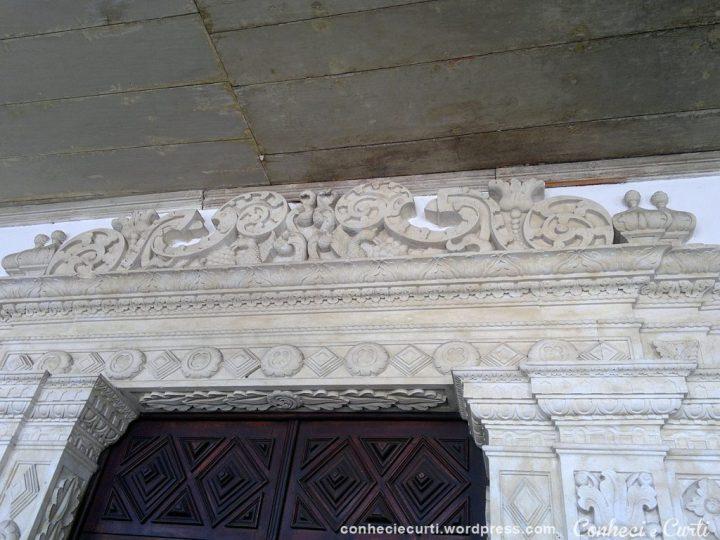 Detalhes do portal da Igreja de São Francisco. A porta é em madeira toda trabalhada.