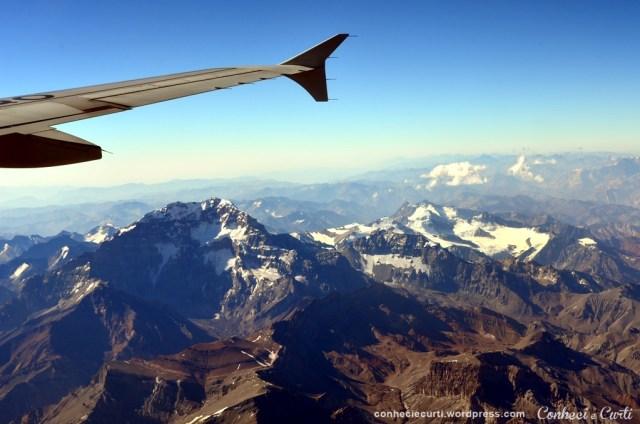 O avião passa pertinho do monte Aconcágua na Cordilheira dos Andes.