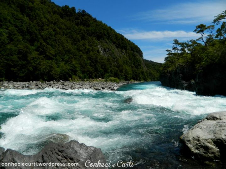 Saltos Petrohué com suas águas verde esmeralda.