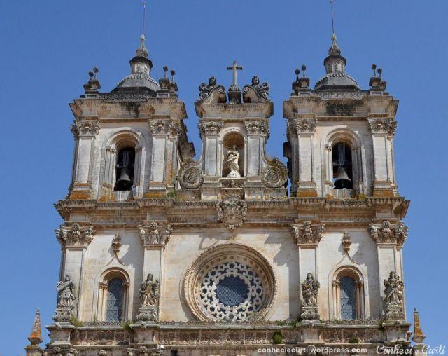A grande rosácea e as torres da Igreja do Mosteiro de Alcobaça.