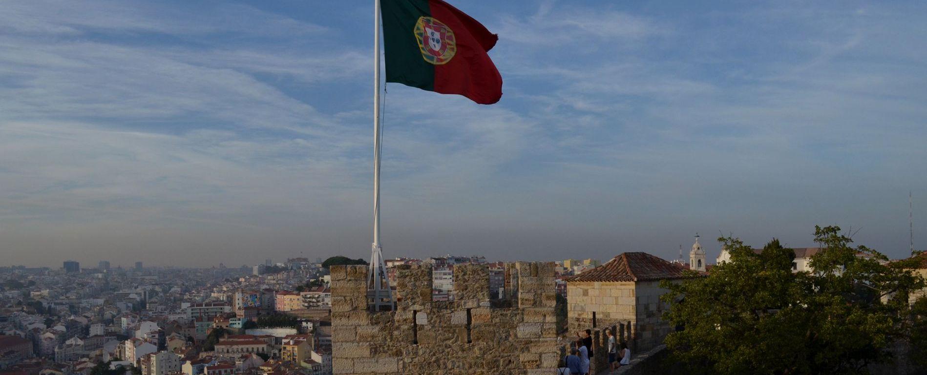 Bandeira de Portugal no Castelo de São Jorge, Lisboa.