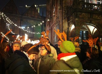 Alemães vestidos de rena no Natal de Bremen