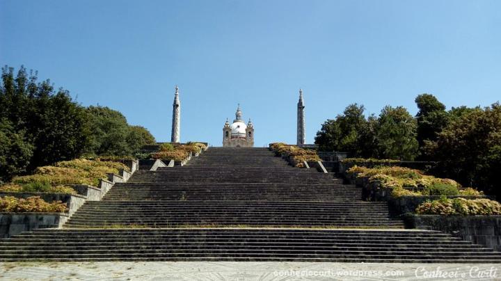 A escadaria e lá no alto a Igreja do Sameiro, Braga - Portugal.