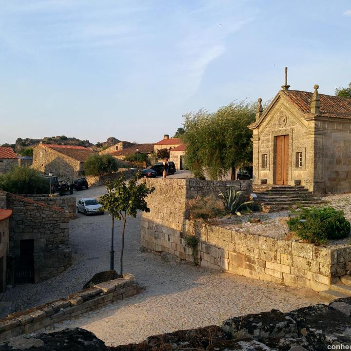 Marialva, à esquerda a Capela Nossa Sra de Lourdes.