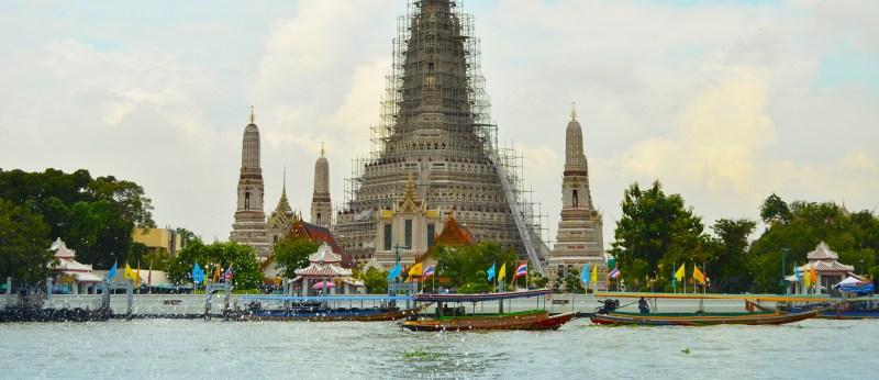 Barcos em frente ao templo Wat Arun.