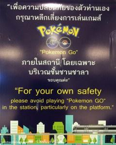 cartaz em trem em bangkok sobre pokemon go