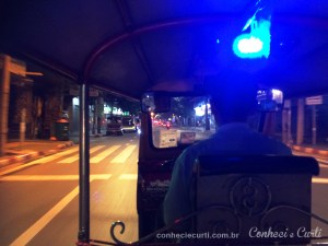 Dentro de um tuktuk Bangkok.