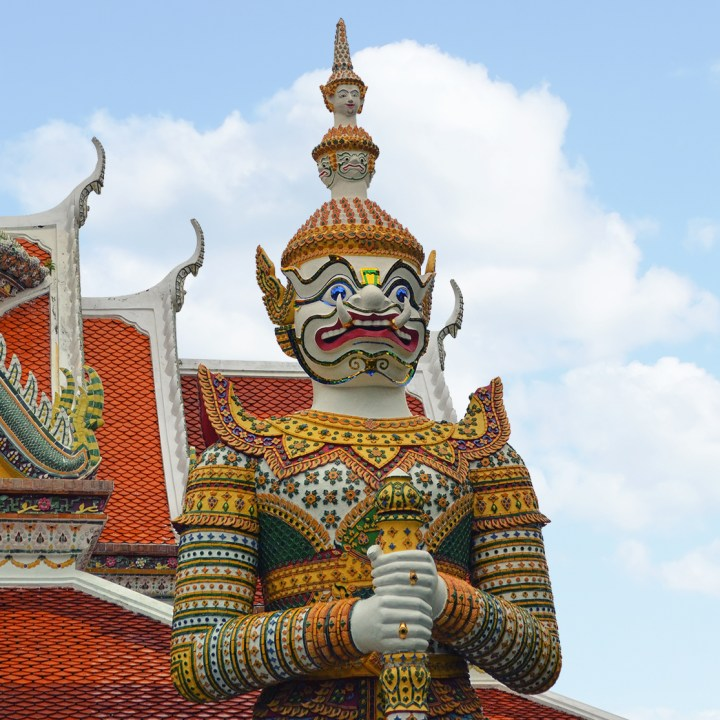 Estátua de guardião em frente a templo em Bangkok