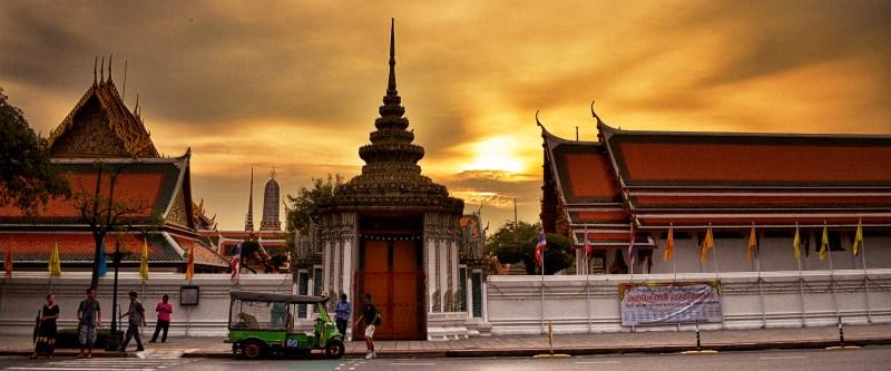 Templo budista ao pôr do sol em Bangkok.