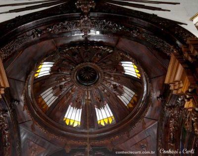 Trabalho em madeira no teto da Igreja de Baependi.