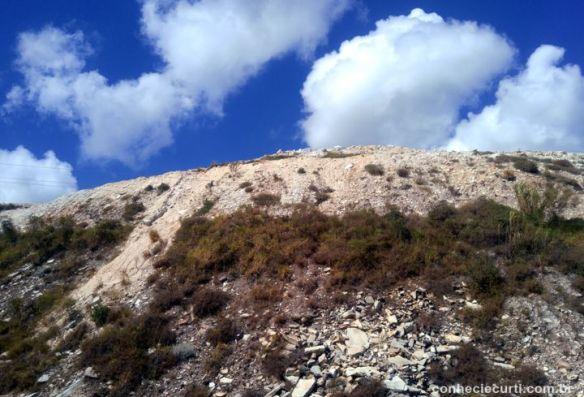 A montanha de quartzito de São Tomé das Letras, Minas Gerais