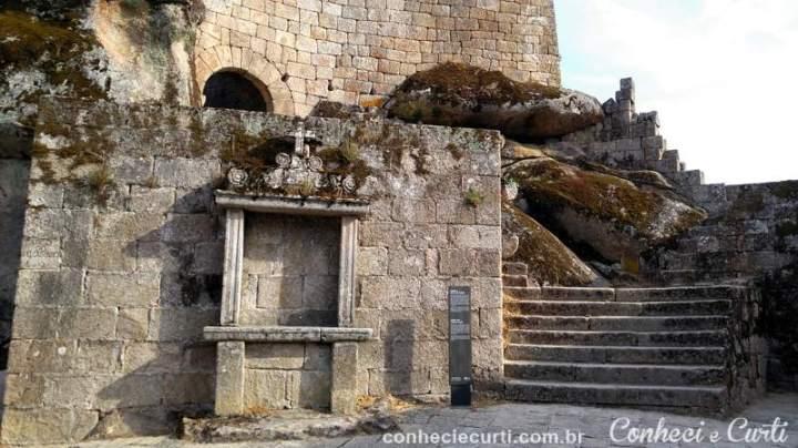 A porta do castelo e um dos Passos da Via Sacra - Sortelha.