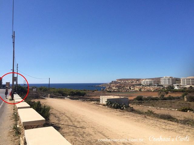 Ponto de ônibus no meio do nada em Malta