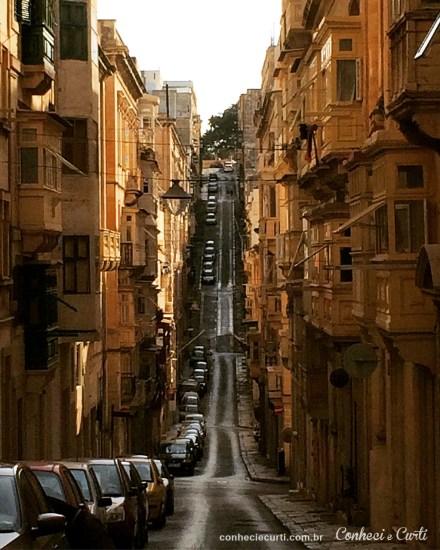 Ruas íngremes de Valletta, Malta