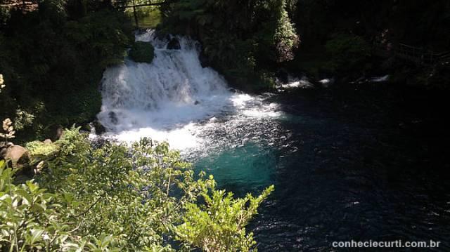 Ojos del Caburgua, onde bate o sol a cor da água é verde esmeralda. Pucón - Chile.