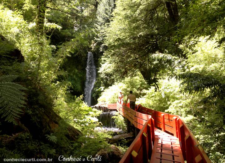 A cachoeira nas Termas Geométricas, região de Pucón, Chile.