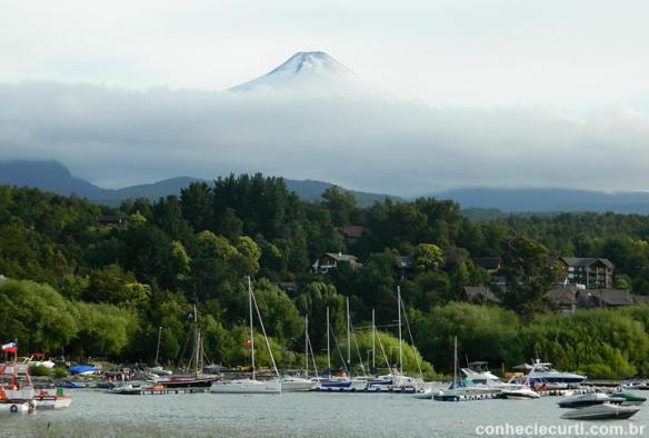 A cidade de Pucón e o Vulcão Villarrica.