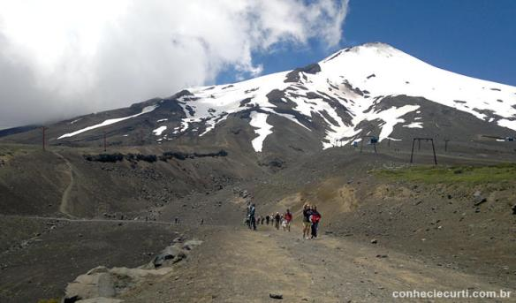Grupo de turistas retornando de um trekking no Villarrica - Pucón, Chile.