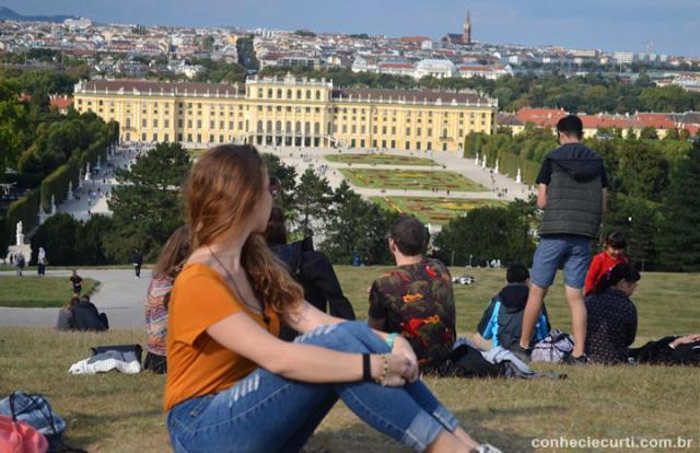 Schönbrunn. A colina do Gloriette e ao fundo o Palácio.