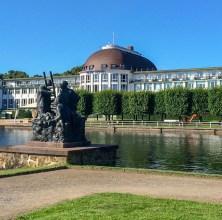 O Hotel Dorint Park, tem uma fonte na frente.