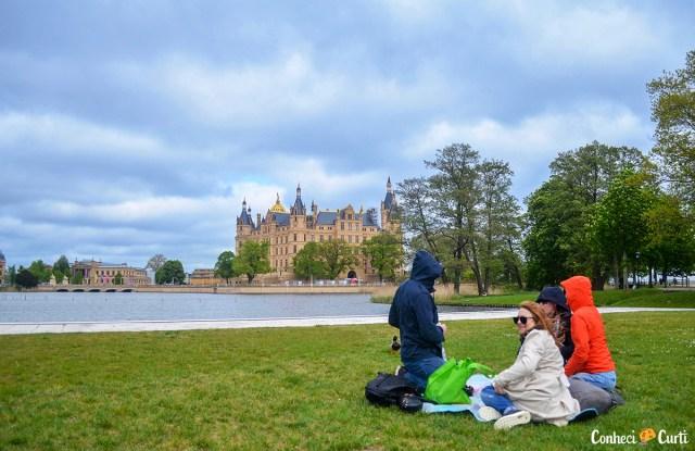 Piquenique com o castelo de Schwerin ao fundo
