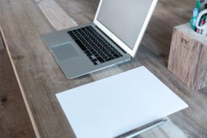 デスクのPCとメモ帳