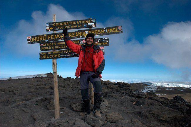 Anselmo en la cumbre del kilimanjaro.