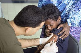 Vacunando a un niño