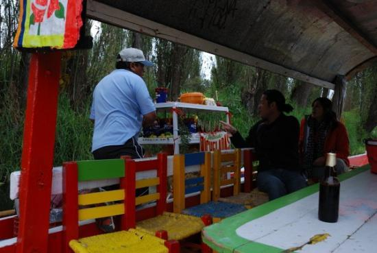 Pidiendo micheladas en un puesto flotante - Xochimilco - México