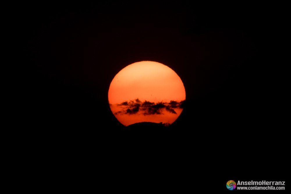 Eclipse solar con las nubes pasando delante del sol.