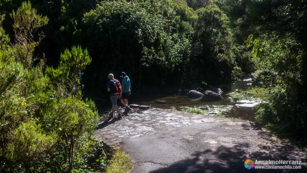 Arroyo que cruza la carretera que lleva a Casa Rabaçal - Madeira