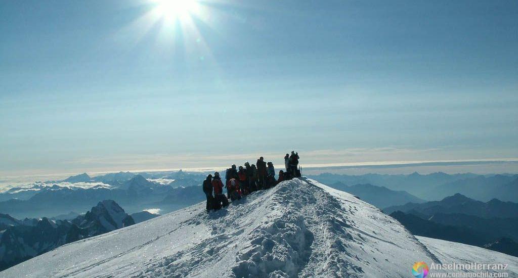 Grupo de alpinistas en la Cumbre del Mont Blanc