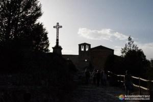 Contraluz de la Cruz y la ermita de San Frutos.