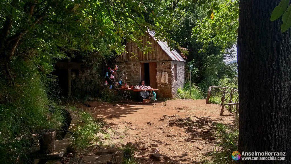 Tiendecita de recuerdos junto al paso hacia el mirador de los Balcões - Madeira