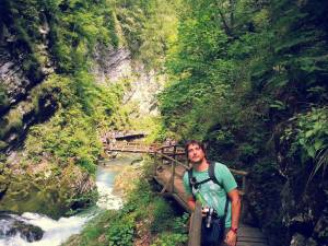 Posando en la pasarela de madera de Vintgar Gorge - Eslovenia