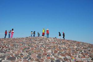 En la cima de la piramide del Sol - Tehotihuacán - México
