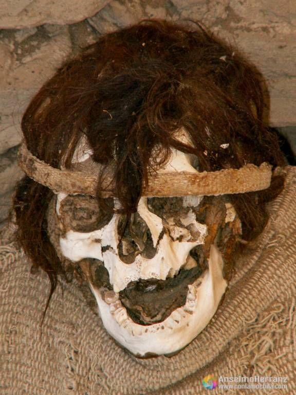 Craneo de una de las momias del cementerio de Chauchilla - Ica - Perú