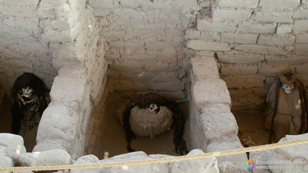 Tres tumbas contiguas en el cementerio de Chauchilla - Perú