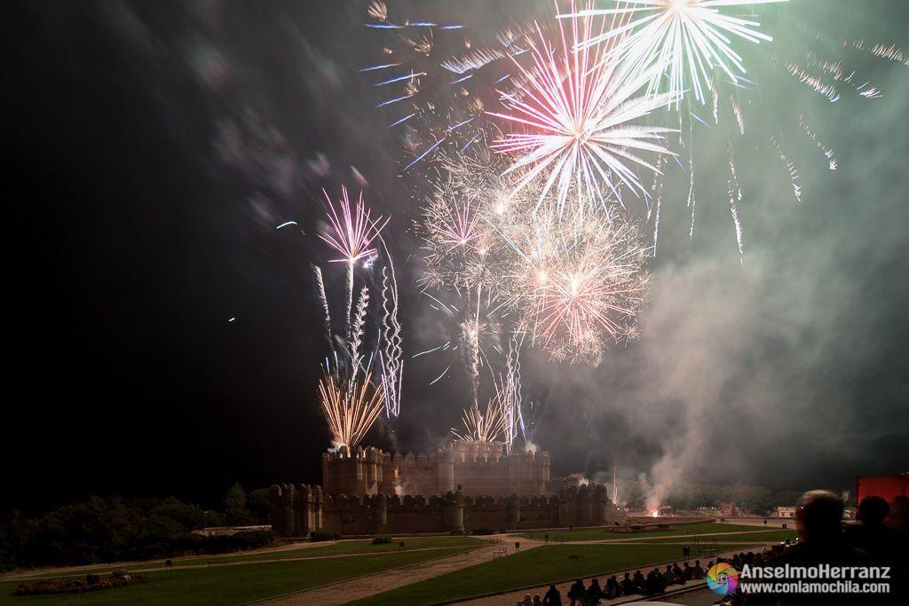 Plameras de fuegos artificiales iluminan el castillo de Coca - Segovia