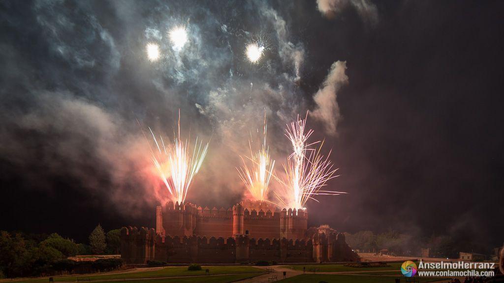 Fuegos artificiales desde las torres del castillo de Coca - Segovia